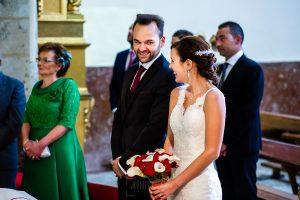 Boda en Béjar de Vanessa y Jorge realizada por Johnny García, fotógrafo de bodas en Béjar. Los novios se saludan.