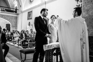 Boda en Béjar de Vanessa y Jorge realizada por Johnny García, fotógrafo de bodas en Béjar. El sacerdote le dice unas palabras a los novios.