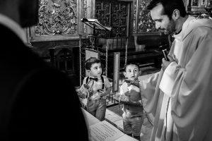 Boda en Béjar de Vanessa y Jorge realizada por Johnny García, fotógrafo de bodas en Béjar. Los pequeños llevan los anillos al altar.