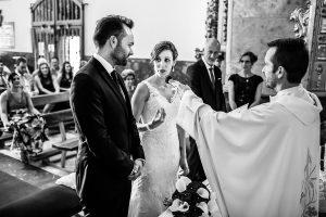 Boda en Béjar de Vanessa y Jorge realizada por Johnny García, fotógrafo de bodas en Béjar. La novia le dice unas palabras al novio.