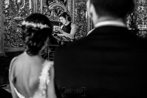Boda en Béjar de Vanessa y Jorge realizada por Johnny García, fotógrafo de bodas en Béjar. Un familiar le dirige unas palabras a los novios.