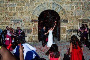 Boda en Béjar de Vanessa y Jorge realizada por Johnny García, fotógrafo de bodas en Béjar. Los novios salen de la iglesia.