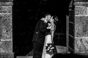 Boda en Béjar de Vanessa y Jorge realizada por Johnny García, fotógrafo de bodas en Béjar. Un beso de los novios al salir.