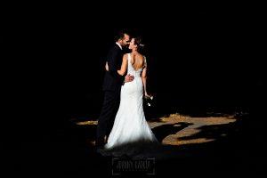 Boda en Béjar de Vanessa y Jorge realizada por Johnny García, fotógrafo de bodas en Béjar. Los novios bañados por un rallo de luz.