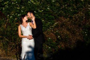 Boda en Béjar de Vanessa y Jorge realizada por Johnny García, fotógrafo de bodas en Béjar. El novio abraza a la novia.