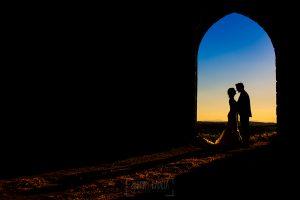 Boda en Béjar de Vanessa y Jorge realizada por Johnny García, fotógrafo de bodas en Béjar. Un contraluz de la pareja en la puesta de sol.