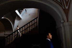 Bodas en Piedrahíta de Ana y Alberto, realizada por el fotógrafo de bodas en Salamanca Johnny García. La novia sube al coro de la iglesia de Piedrahíta.
