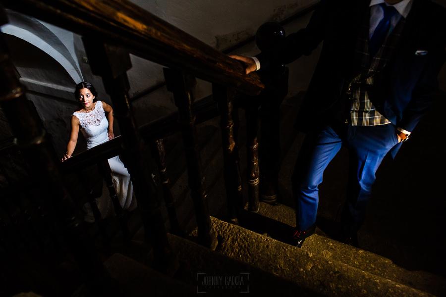 Bodas en Piedrahíta de Ana y Alberto, realizada por el fotógrafo de bodas en Salamanca Johnny García. Una foto de la pareja en unas escaleras.