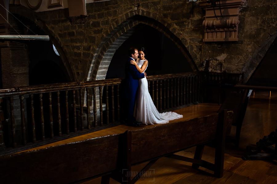 Bodas en Piedrahíta de Ana y Alberto, realizada por el fotógrafo de bodas en Salamanca Johnny García. Foto de los novios en el coro de la iiglesia.