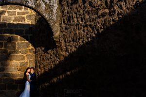 Bodas en Piedrahíta de Ana y Alberto, realizada por el fotógrafo de bodas en Salamanca Johnny García. Foto de los novios en el claustro de la iglesia.