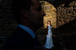 Bodas en Piedrahíta de Ana y Alberto, realizada por el fotógrafo de bodas en Salamanca Johnny García. Retrato de Ana en el exterior de la iglesia.