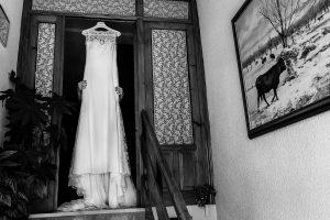 Bodas en Piedrahíta de Ana y Alberto, realizada por el fotógrafo de bodas en Salamanca Johnny García. El vestido de la novia.