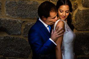 Bodas en Piedrahíta de Ana y Alberto, realizada por el fotógrafo de bodas en Salamanca Johnny García. El novio abraza por la espalda a la novia.