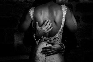 Bodas en Piedrahíta de Ana y Alberto, realizada por el fotógrafo de bodas en Salamanca Johnny García. Las manos del novio abrazando la espalda de la novia.