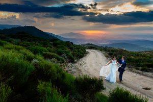 Bodas en Piedrahíta de Ana y Alberto, realizada por el fotógrafo de bodas en Salamanca Johnny García. Los novios pasean por el monte.