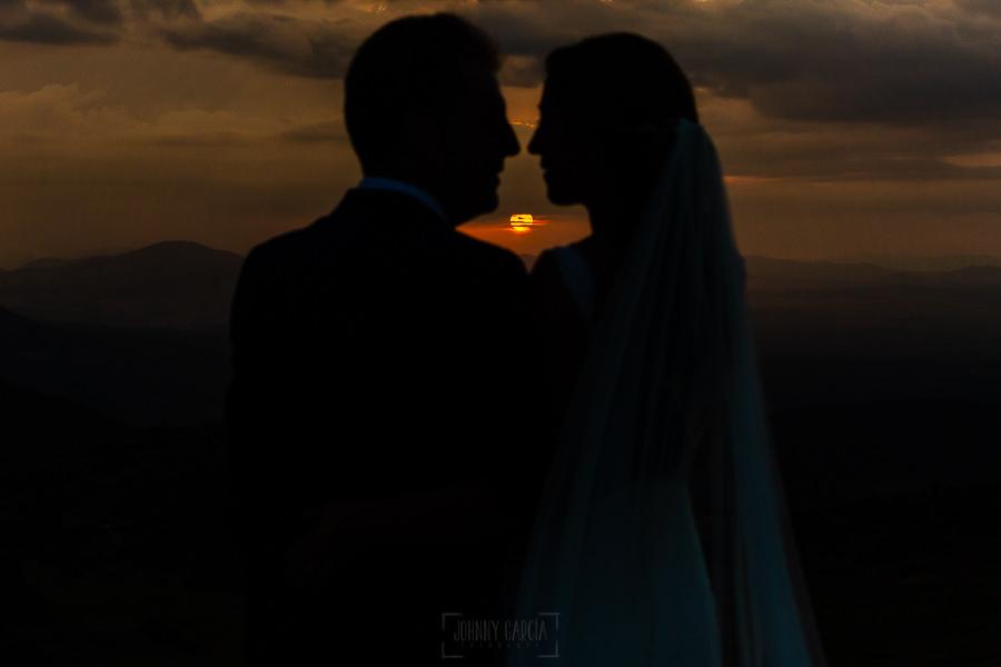 Bodas en Piedrahíta de Ana y Alberto, realizada por el fotógrafo de bodas en Salamanca Johnny García. los novios ante la puesta de sol.