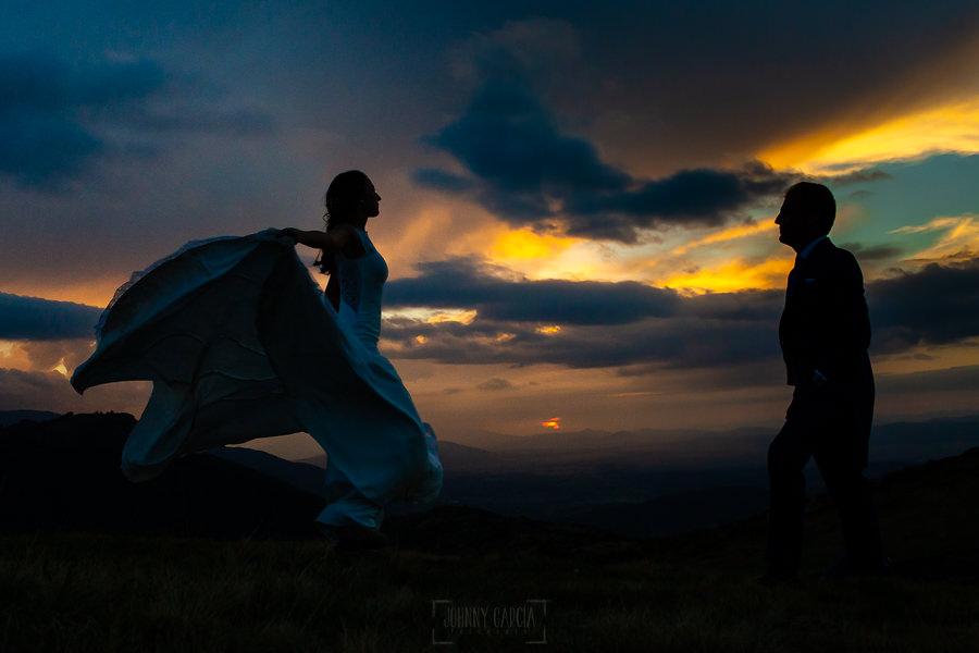 Bodas en Piedrahíta de Ana y Alberto, realizada por el fotógrafo de bodas en Salamanca Johnny García. La novia baila en la puesta de sol.