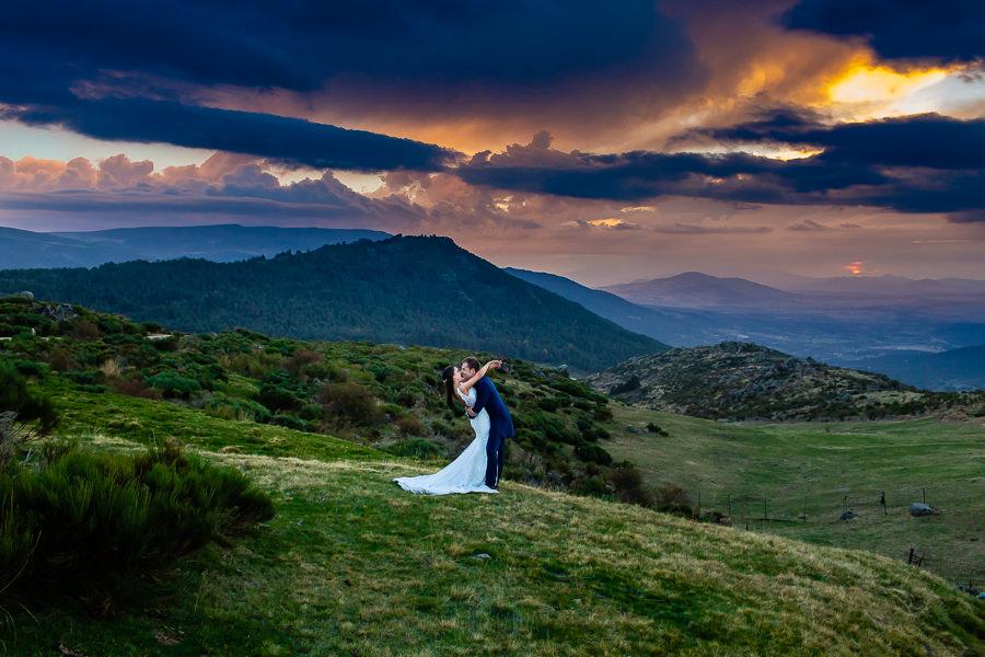 Bodas en Piedrahíta de Ana y Alberto, realizada por el fotógrafo de bodas en Salamanca Johnny García. La pareja se abraza cuando se pone el sol.