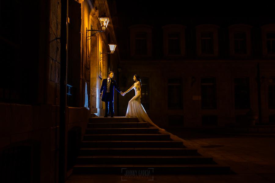Bodas en Piedrahíta de Ana y Alberto, realizada por el fotógrafo de bodas en Salamanca Johnny García. Una imagen nocturna de Piedrahíta con los novios.