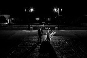 Bodas en Piedrahíta de Ana y Alberto, realizada por el fotógrafo de bodas en Salamanca Johnny García. Ana y Alberto bailan en una plaza de Piedrahíta.