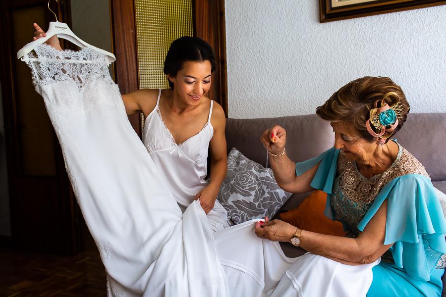 Bodas en Piedrahíta de Ana y Alberto, realizada por el fotógrafo de bodas en Salamanca Johnny García. La madre de Ana le cose una cruz de su abuela en el vestido de novia.