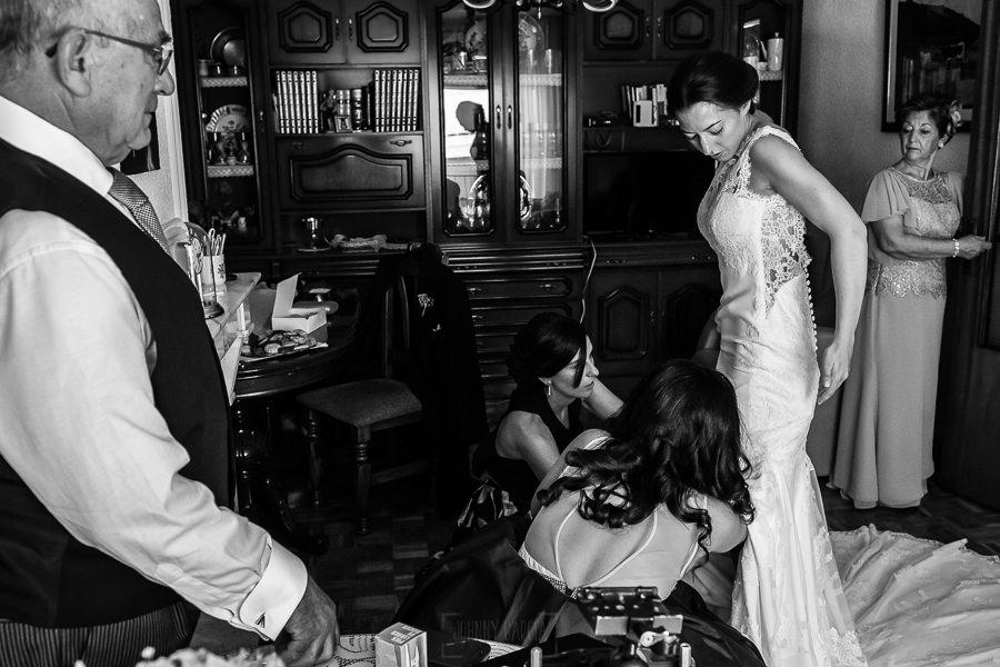 Bodas en Piedrahíta de Ana y Alberto, realizada por el fotógrafo de bodas en Salamanca Johnny García. Ana comienza a vestirse junto a sus amigas.