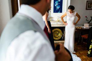 Bodas en Piedrahíta de Ana y Alberto, realizada por el fotógrafo de bodas en Salamanca Johnny García. la novia observa cómo le queda su vestido.