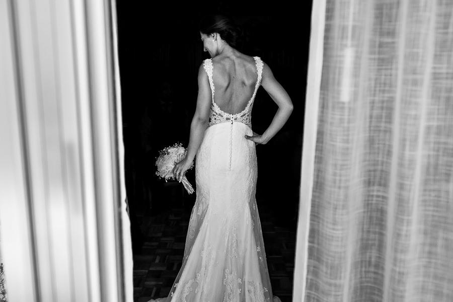 Bodas en Piedrahíta de Ana y Alberto, realizada por el fotógrafo de bodas en Salamanca Johnny García. Una foto de la espalda de la novia.