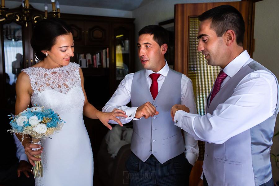 Bodas en Piedrahíta de Ana y Alberto, realizada por el fotógrafo de bodas en Salamanca Johnny García. Los hermanos de la novia le enseñan sus gemelos.