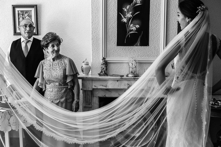 Bodas en Piedrahíta de Ana y Alberto, realizada por el fotógrafo de bodas en Salamanca Johnny García. Los padres de la novia dan el visto bueno al vestido.