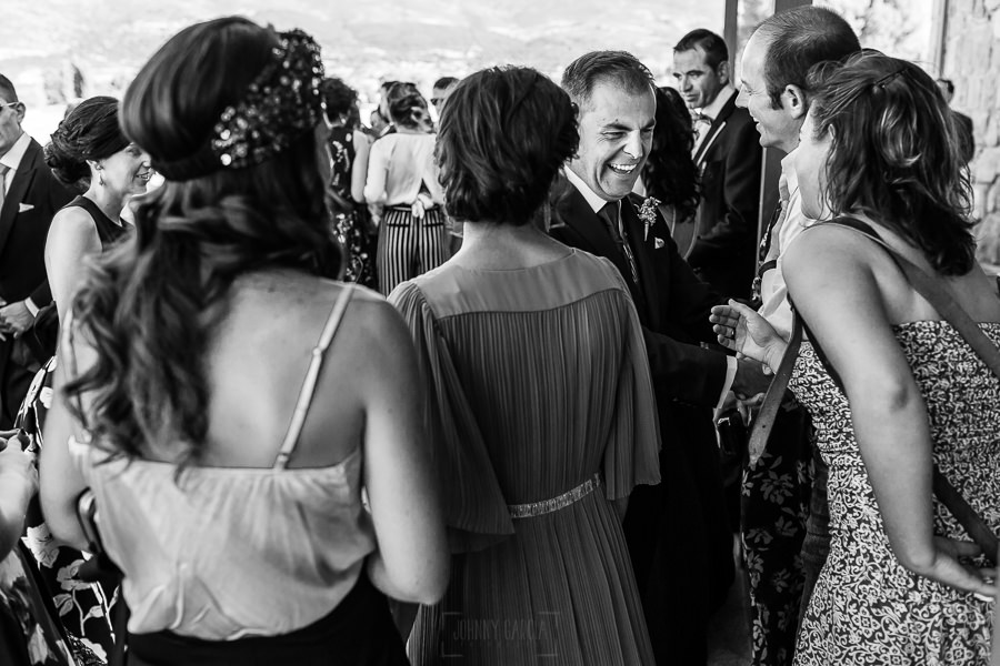 Bodas en Piedrahíta de Ana y Alberto, realizada por el fotógrafo de bodas en Salamanca Johnny García. El novio saluda a los invitados.