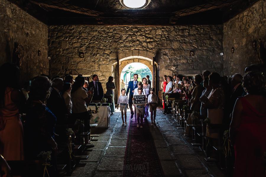 Bodas en Piedrahíta de Ana y Alberto, realizada por el fotógrafo de bodas en Salamanca Johnny García. El novio entra a la ermita junto a su madre.