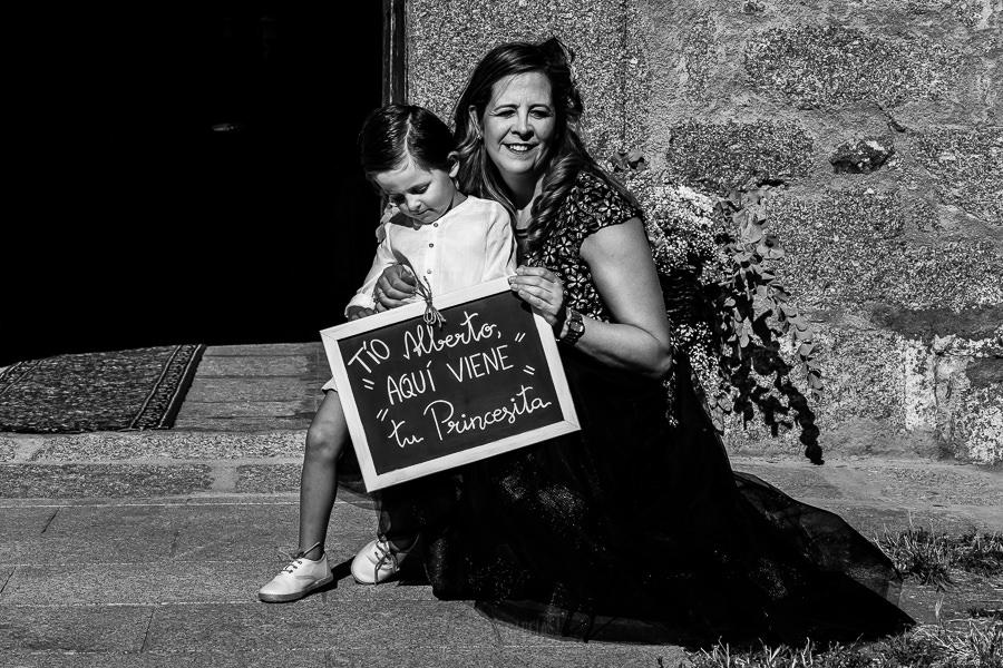 Bodas en Piedrahíta de Ana y Alberto, realizada por el fotógrafo de bodas en Salamanca Johnny García. Un sobrino del novio con una pizarra.
