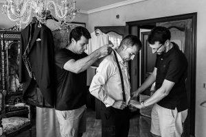 Bodas en Piedrahíta de Ana y Alberto, realizada por el fotógrafo de bodas en Salamanca Johnny García. Los hermanos de Alberto le ayudan a vestirse
