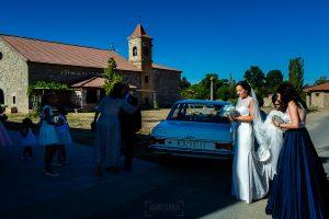 Bodas en Piedrahíta de Ana y Alberto, realizada por el fotógrafo de bodas en Salamanca Johnny García. La novia llega a la ermita.