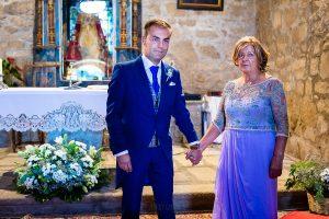 Bodas en Piedrahíta de Ana y Alberto, realizada por el fotógrafo de bodas en Salamanca Johnny García. El novio en el altar junto a su madre.