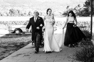 Bodas en Piedrahíta de Ana y Alberto, realizada por el fotógrafo de bodas en Salamanca Johnny García. La novia se dirige al altar.