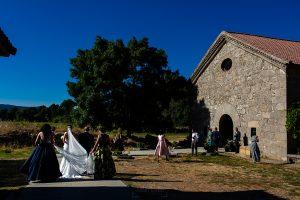 Bodas en Piedrahíta de Ana y Alberto, realizada por el fotógrafo de bodas en Salamanca Johnny García. La novia entra a la ermita junto a su padre.