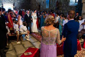 Bodas en Piedrahíta de Ana y Alberto, realizada por el fotógrafo de bodas en Salamanca Johnny García. La novia llega al altar de la mano del padrino.