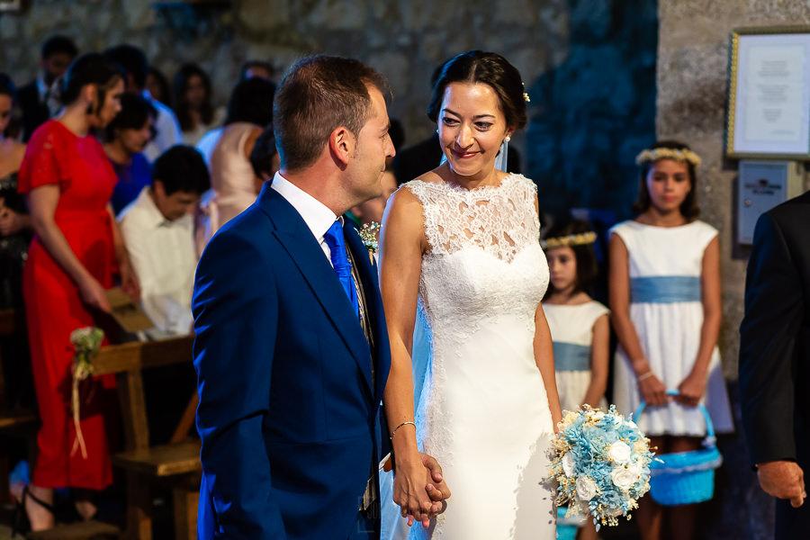Bodas en Piedrahíta de Ana y Alberto, realizada por el fotógrafo de bodas en Salamanca Johnny García. Los novios se saludan.