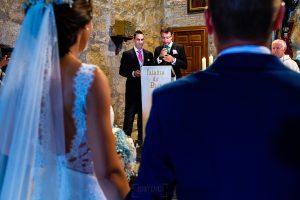 Bodas en Piedrahíta de Ana y Alberto, realizada por el fotógrafo de bodas en Salamanca Johnny García. Hermanos leen en la ceremonia.