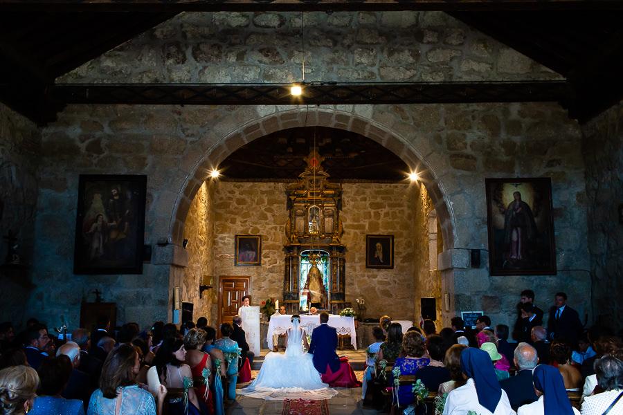 Bodas en Piedrahíta de Ana y Alberto, realizada por el fotógrafo de bodas en Salamanca Johnny García. Vista dese atrás de la ermita de la Virgen de la Vega.