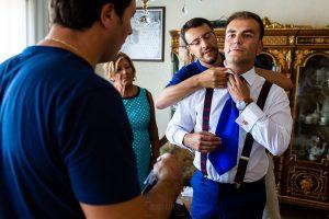 Bodas en Piedrahíta de Ana y Alberto, realizada por el fotógrafo de bodas en Salamanca Johnny García. La madre de Alberto revisa si el traje del novio está bien.