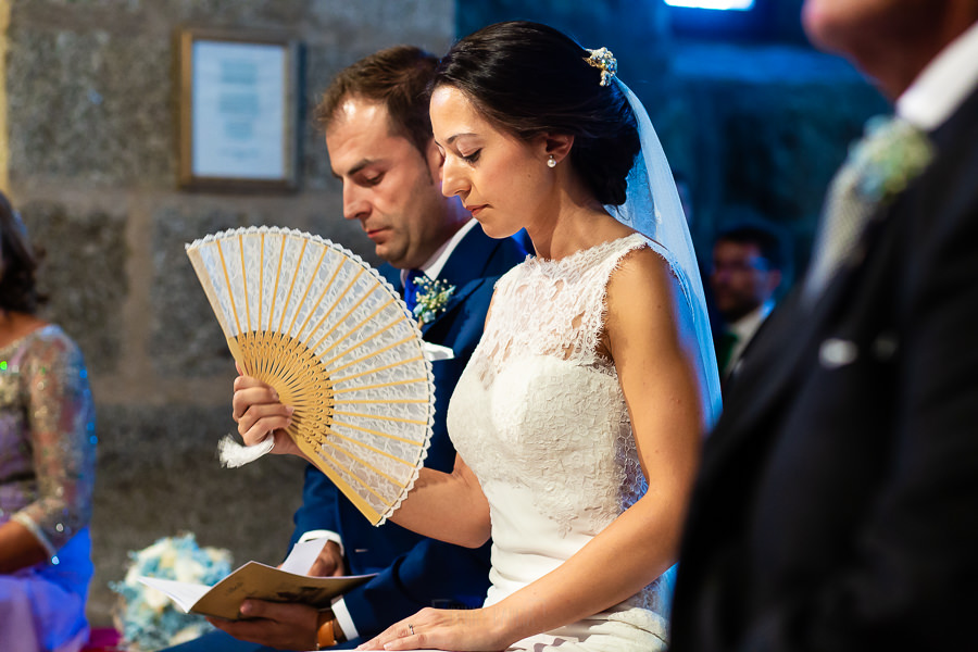 Bodas en Piedrahíta de Ana y Alberto, realizada por el fotógrafo de bodas en Salamanca Johnny García. Los novios en el altar.
