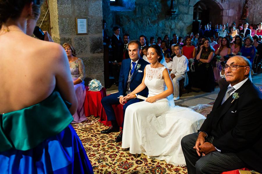 Bodas en Piedrahíta de Ana y Alberto, realizada por el fotógrafo de bodas en Salamanca Johnny García. Los novios escuchan el discurso de un familiar.