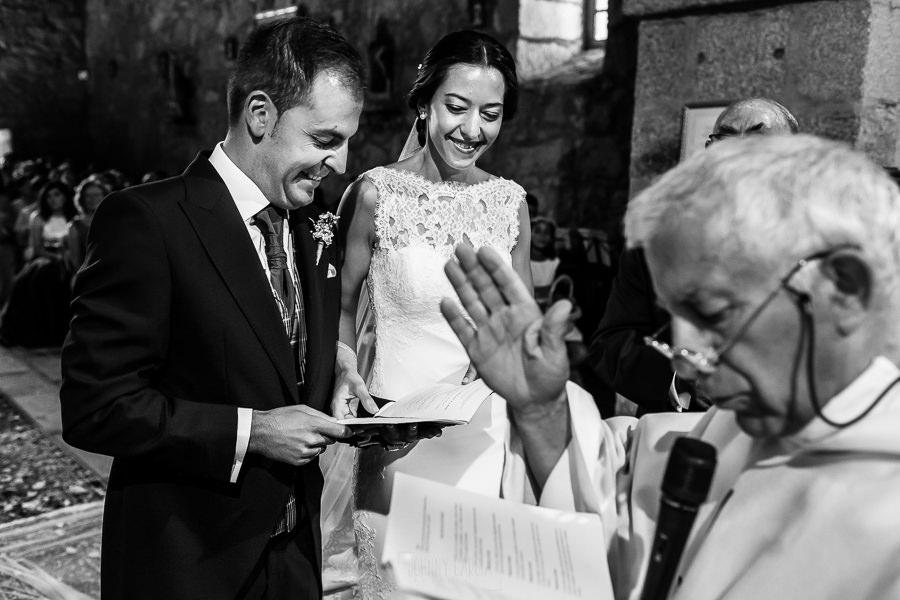 Bodas en Piedrahíta de Ana y Alberto, realizada por el fotógrafo de bodas en Salamanca Johnny García. El sacerdote casa a los novios.