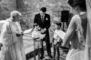 Bodas en Piedrahíta de Ana y Alberto, realizada por el fotógrafo de bodas en Salamanca Johnny García. Los sobrinos leen a los novios.