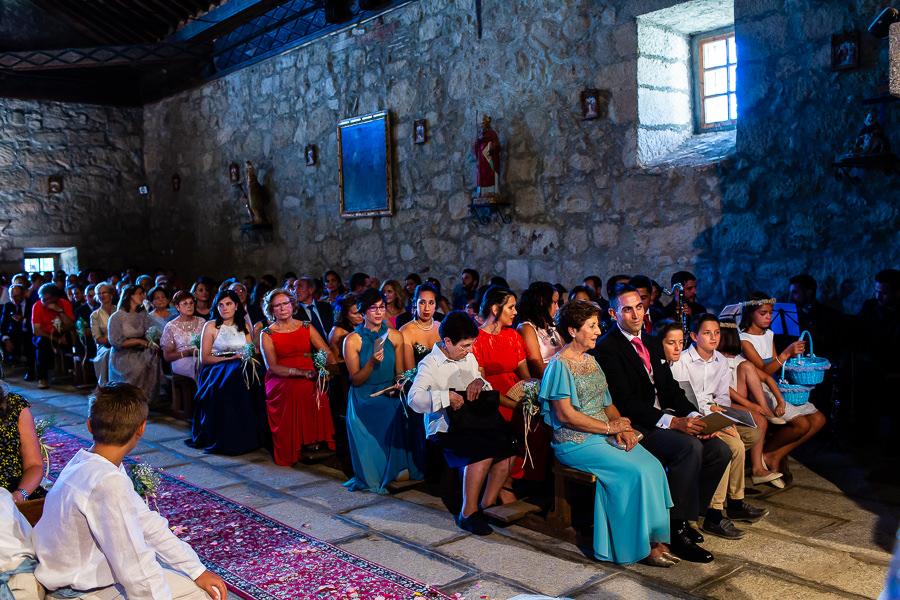 Bodas en Piedrahíta de Ana y Alberto, realizada por el fotógrafo de bodas en Salamanca Johnny García. Una vista de un lateral de la iglesia.