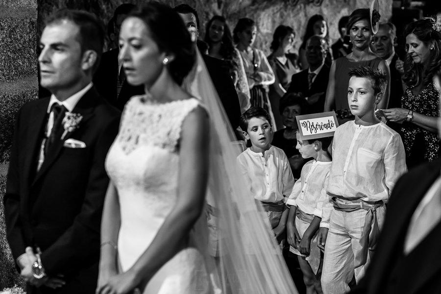 Bodas en Piedrahíta de Ana y Alberto, realizada por el fotógrafo de bodas en Salamanca Johnny García. Los sobrinos se entretienen en la iglesia.