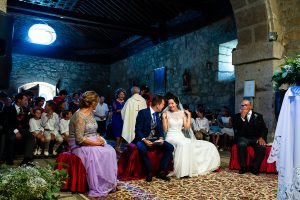 Bodas en Piedrahíta de Ana y Alberto, realizada por el fotógrafo de bodas en Salamanca Johnny García. Los novios sonríen al casarse.